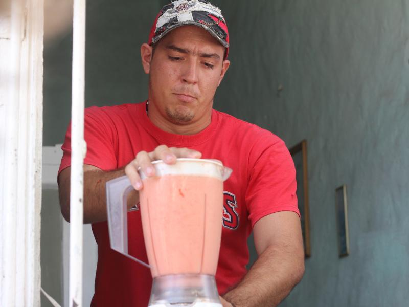 Man making batidos