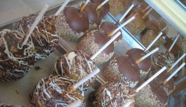 Caramel apples with tasty toppings