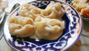 A bowl of Uzbek manti dumplings