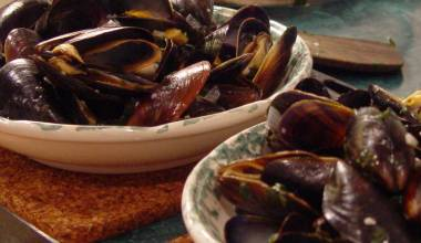 Moules Marinières (French mussels in white wine sauce)