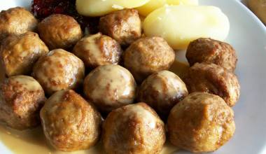 Köttbullar (Swedish meatballs with cream sauce)