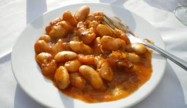Gigantes Plaki (Greek baked white beans in tomato sauce)