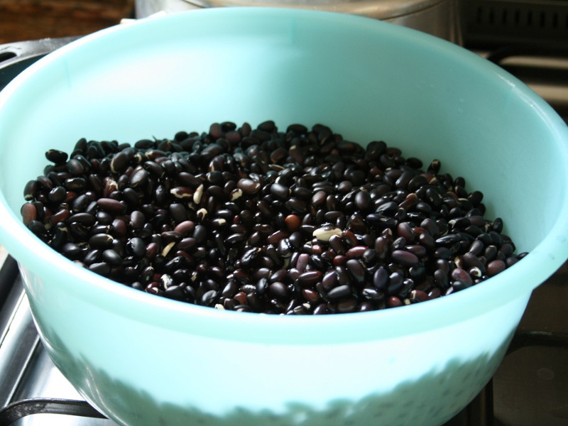 Bowl of rinsed black beans