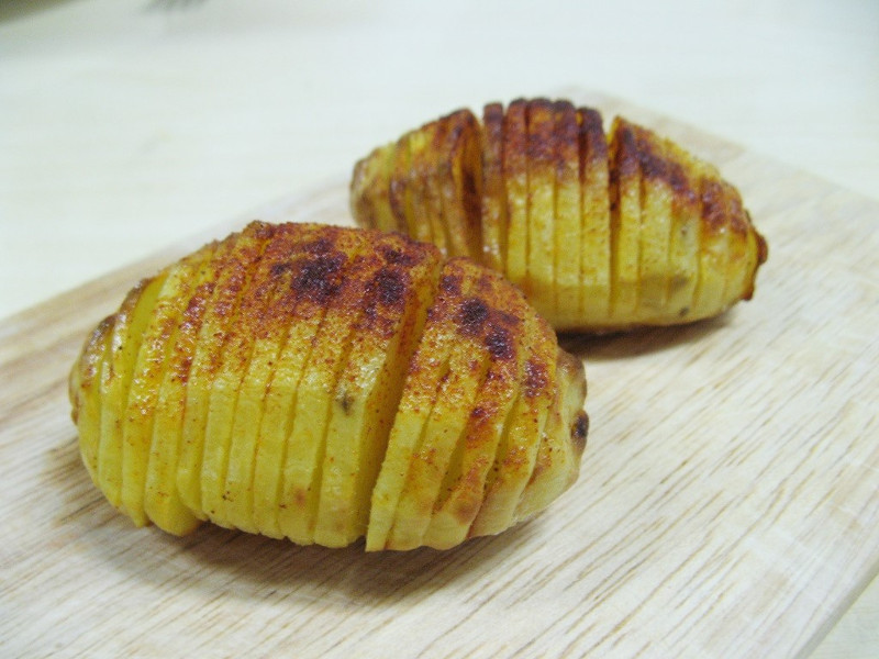 Hasselbackspotatis (Swedish Hasselback butter-baked potatoes)